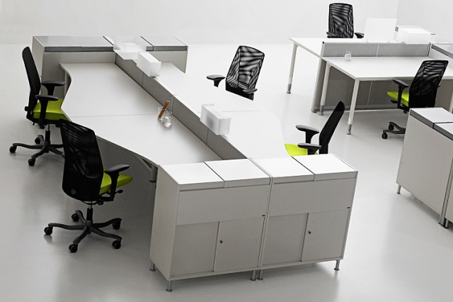 Kinnarps series[e]one workstations with storage and accessories